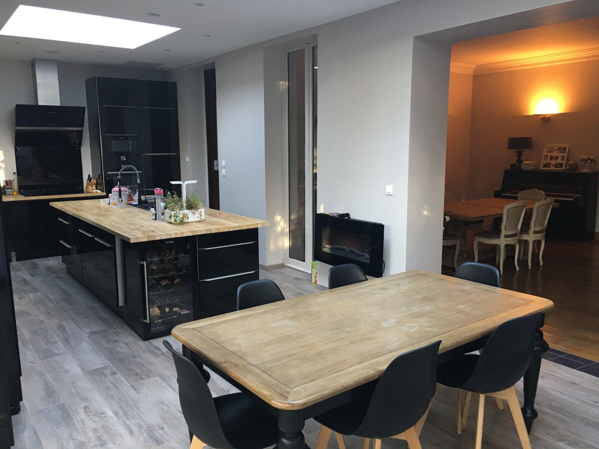 Kitchen island, skylight, kitchen bar