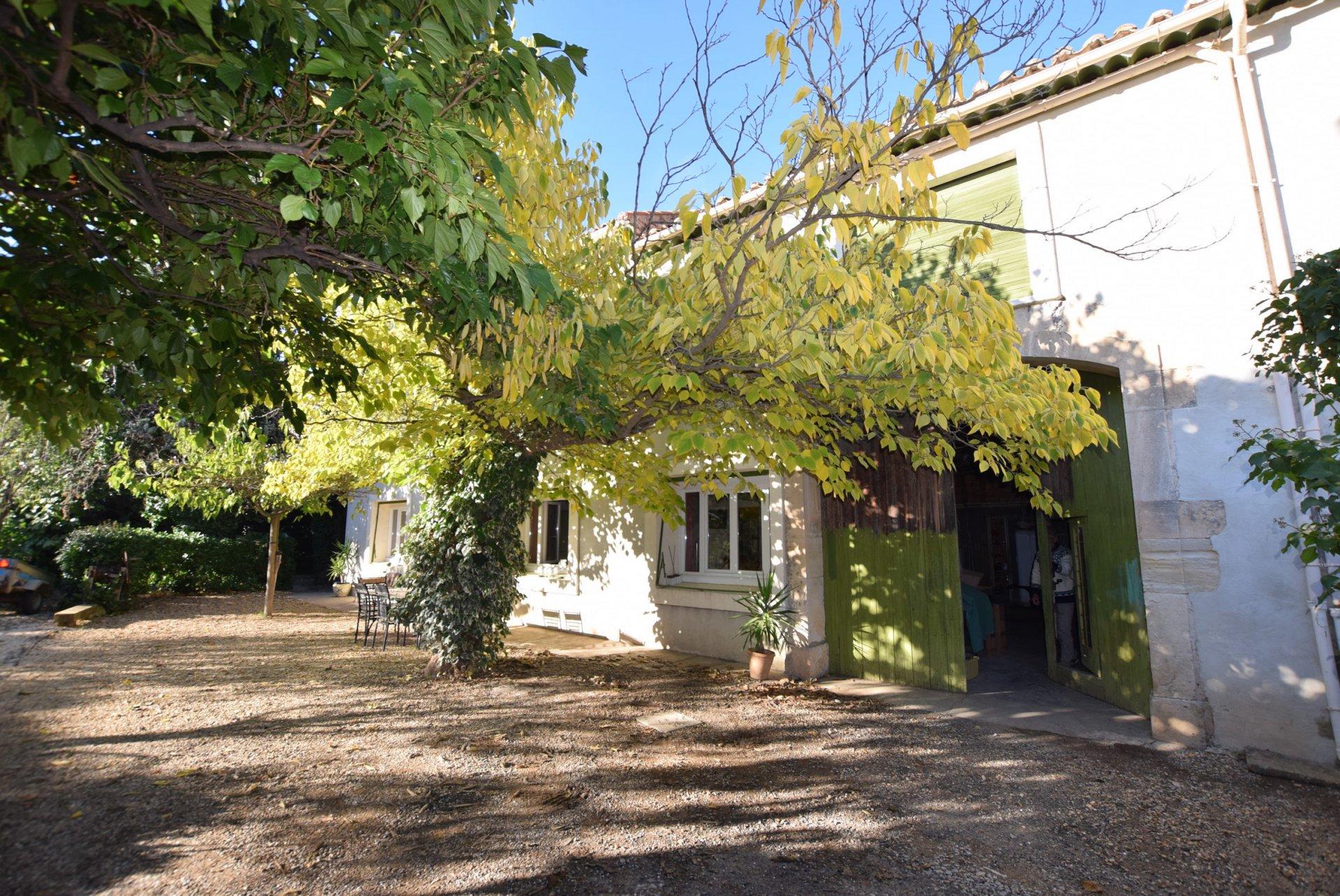 Maison en pierre avec jardin et remise attenante