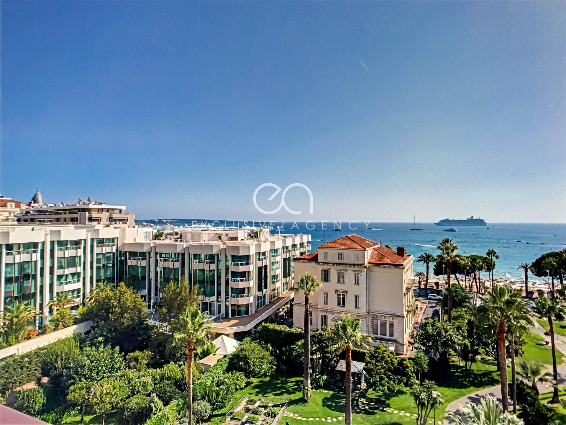 Cannes Croisette Grand Hôtel rental luxury 80m² 2 bedrooms apartment in front of the sea, with its 10m² terrace for 2 to 4 persons.