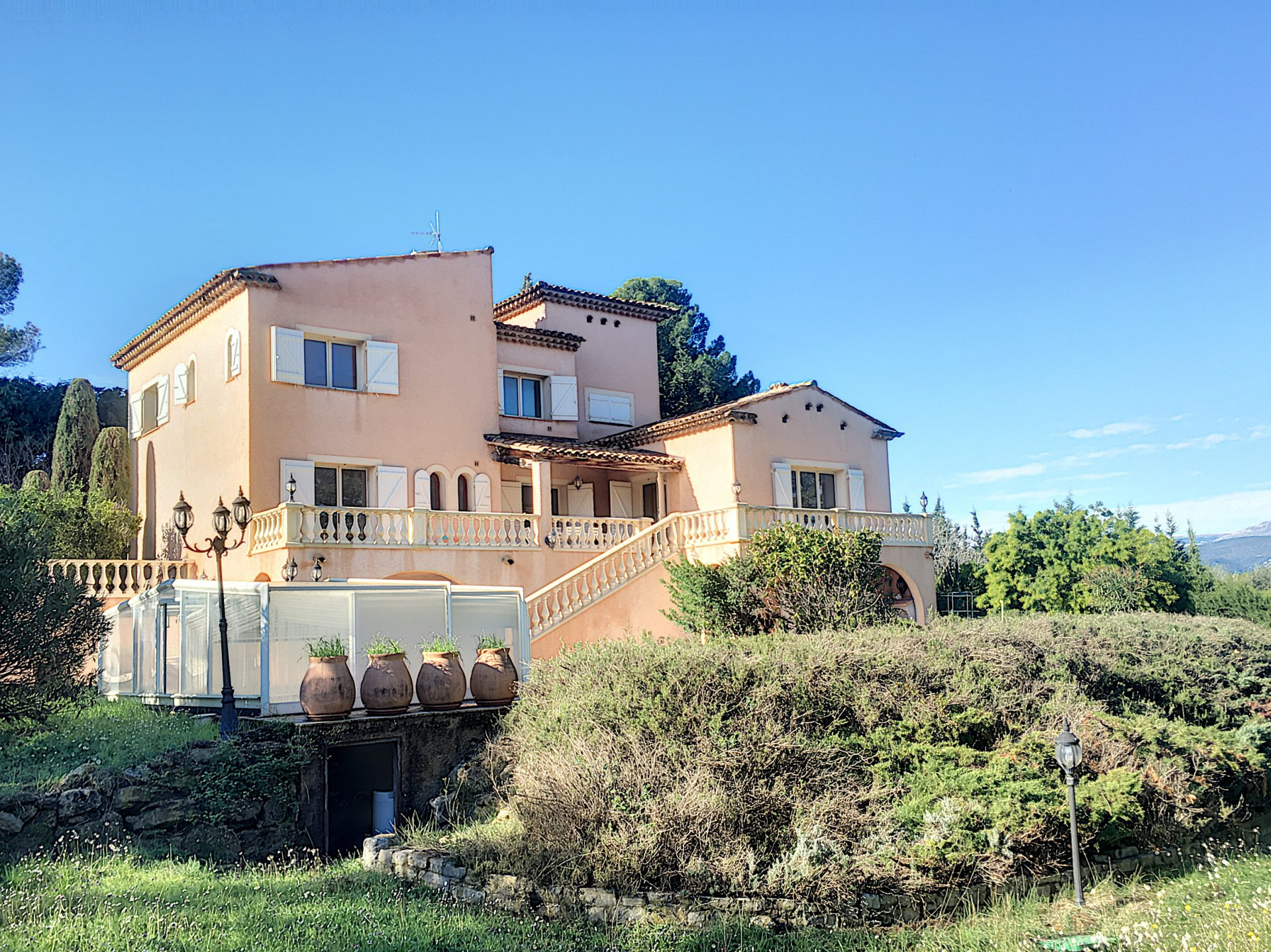 villa with independant appartment, quiet surroundings