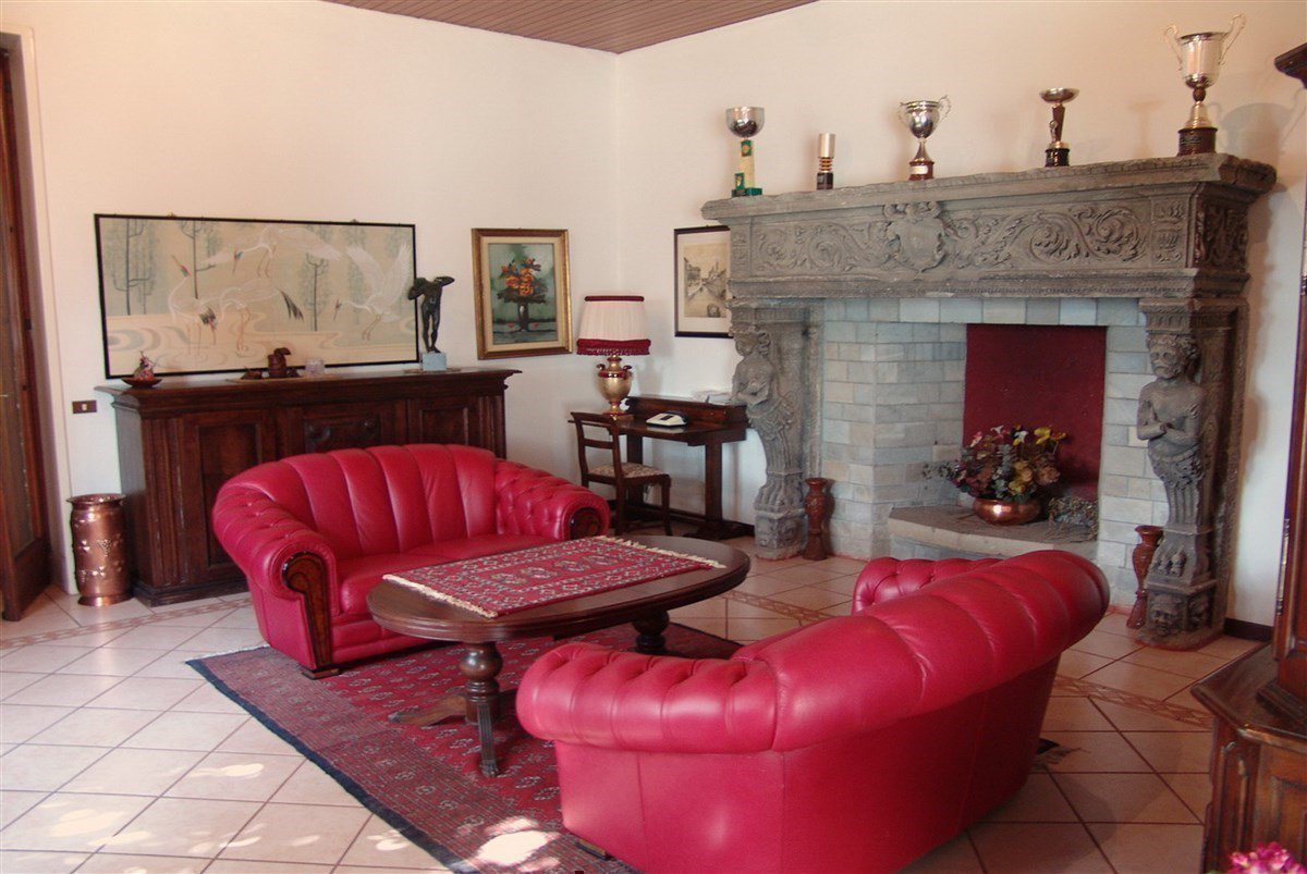 Villa for sale in Belgirate - sitting room
