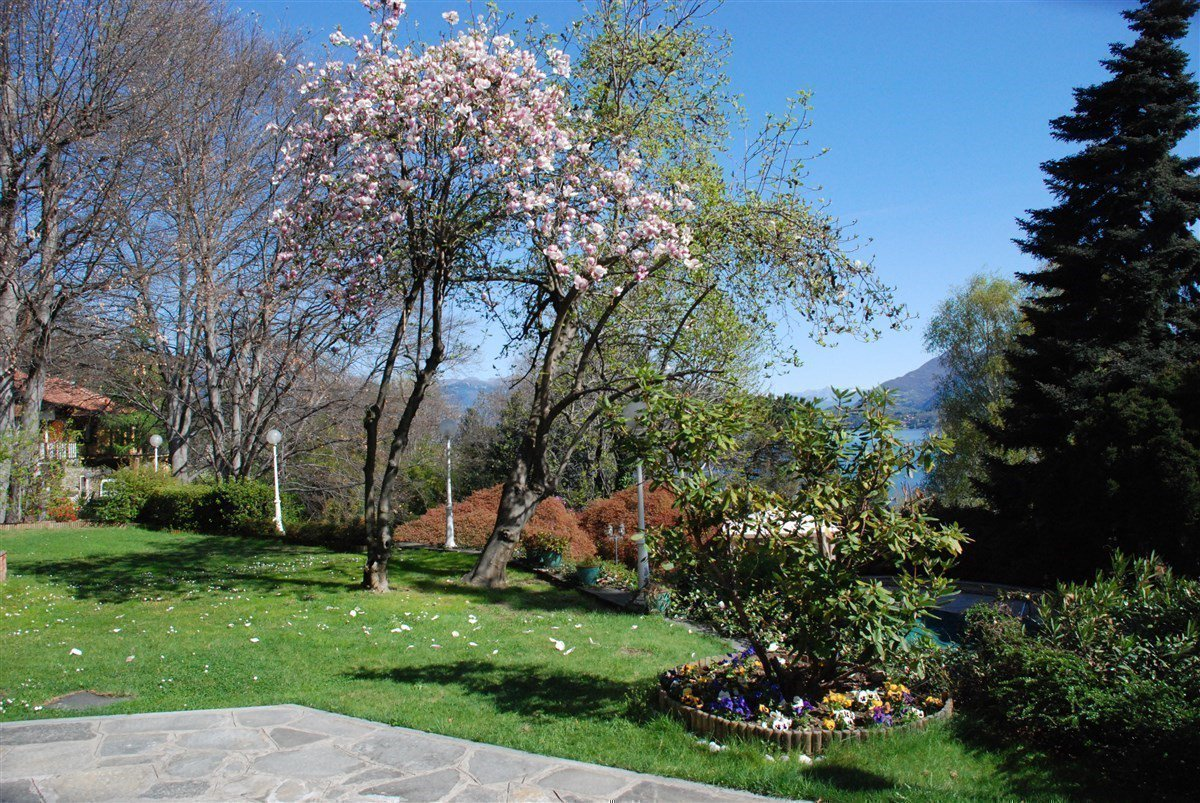 Villa for sale in Belgirate - large garden