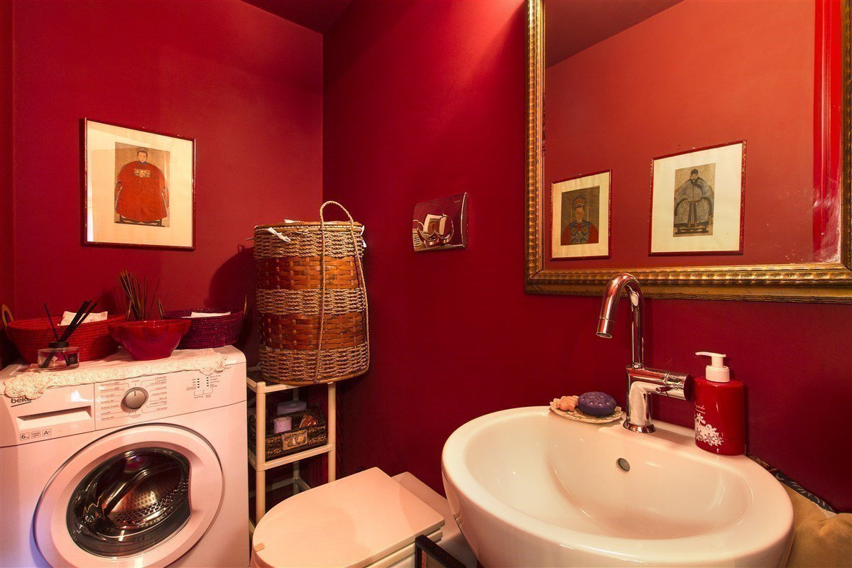 Renovated apartment for sale in Stresa centre - restroom