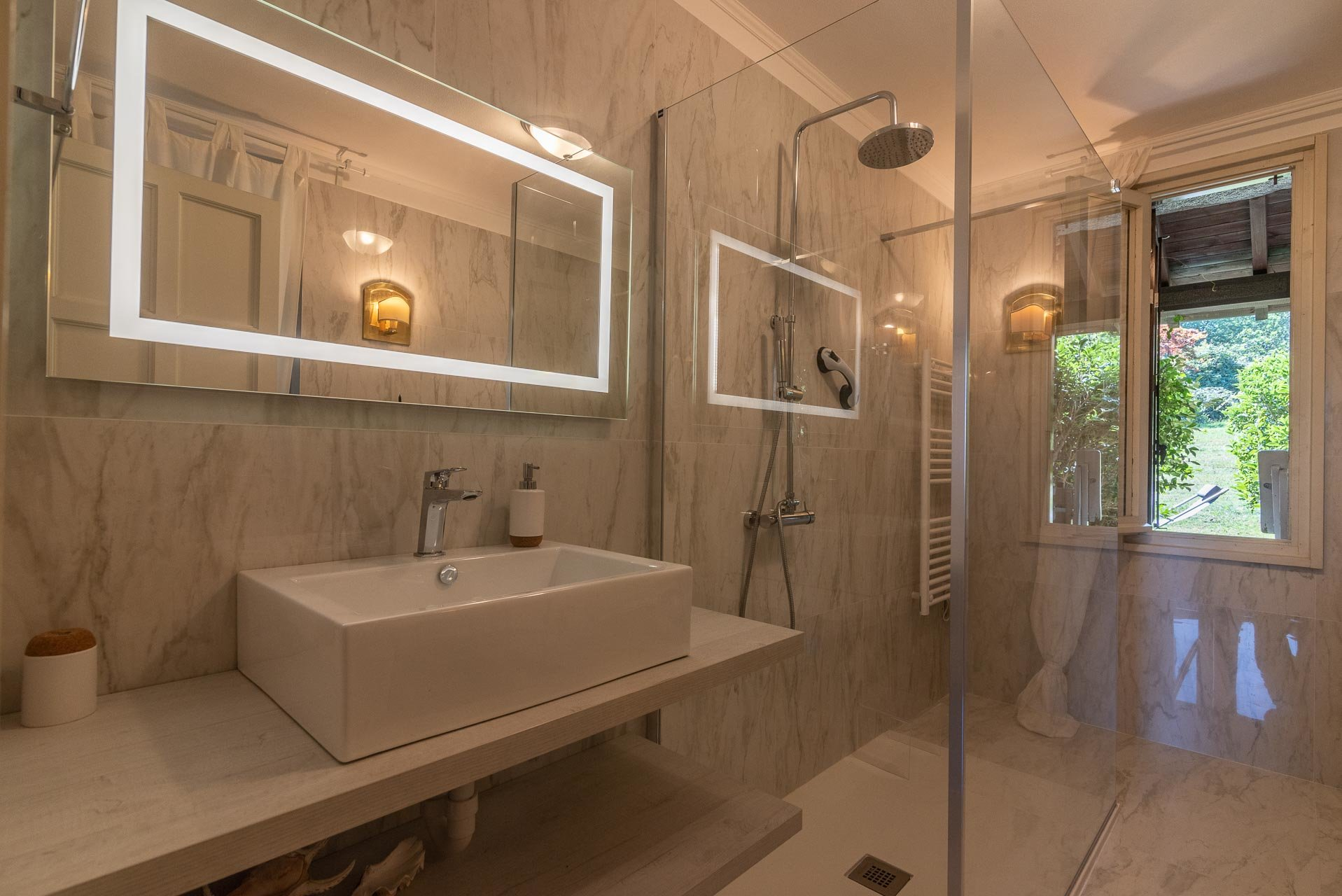 Villa with swimming pool for sale in Gignese - master bathroom with shower
