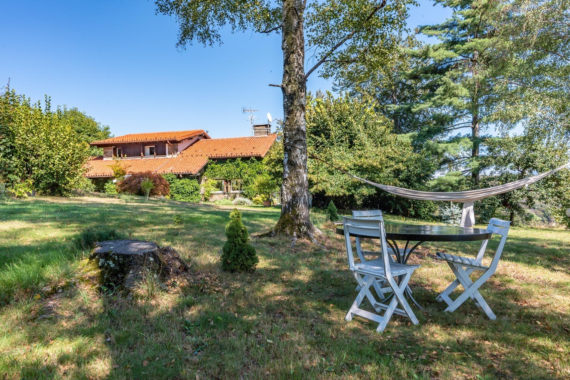Villa con piscina in vendita a Gignese - giardino