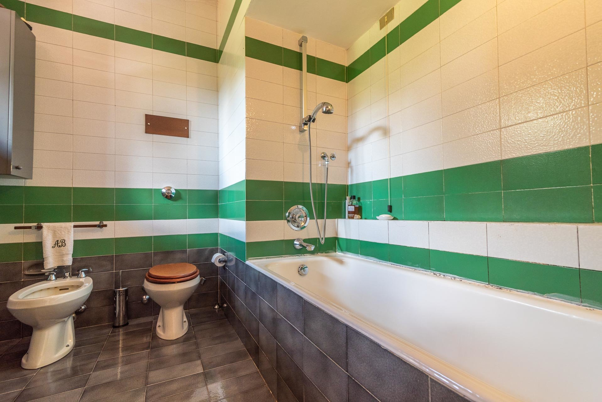 Villa with swimming pool for sale in Gignese - bathroom with tub