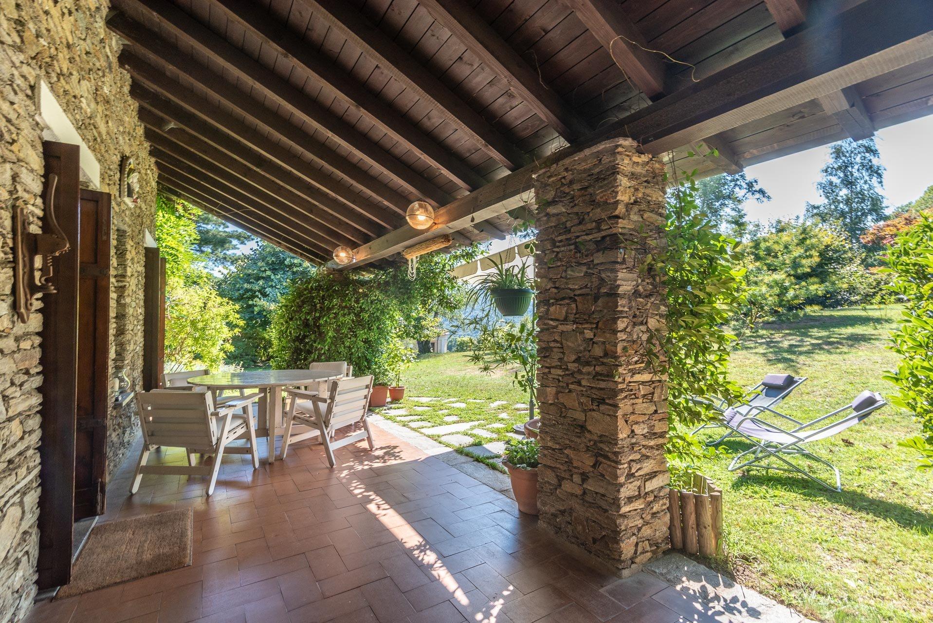 Villa con piscina in vendita a Gignese - portico