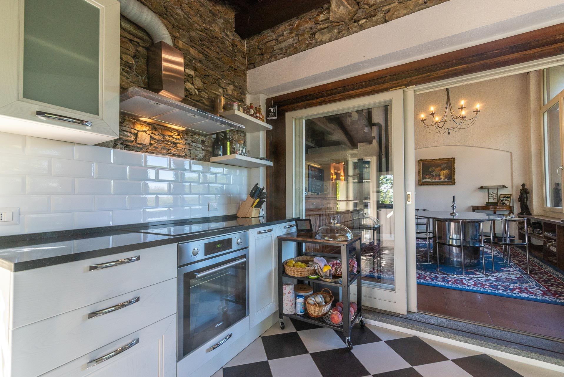 Villa con piscina in vendita a Gignese - cucina
