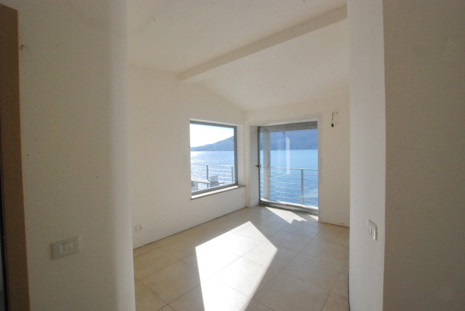 Pieds dans l'eau property for sale in Leggiuno - room with a view