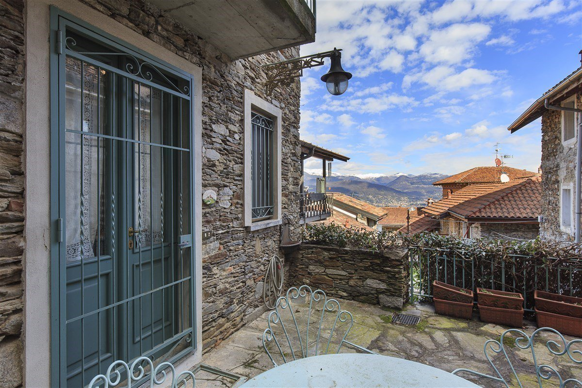 Characteristic stone house for sale on the hill of Stresa - terrace