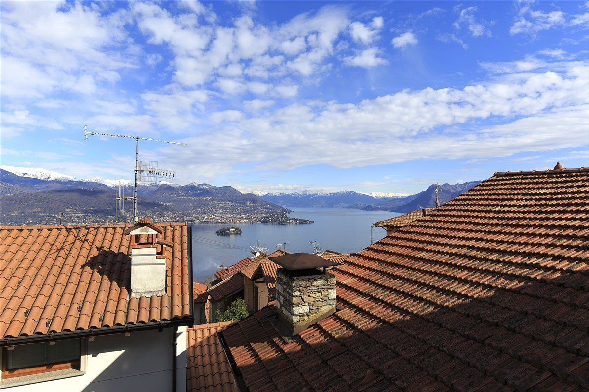 Characteristic stone house for sale on the hill of Stresa - lake view