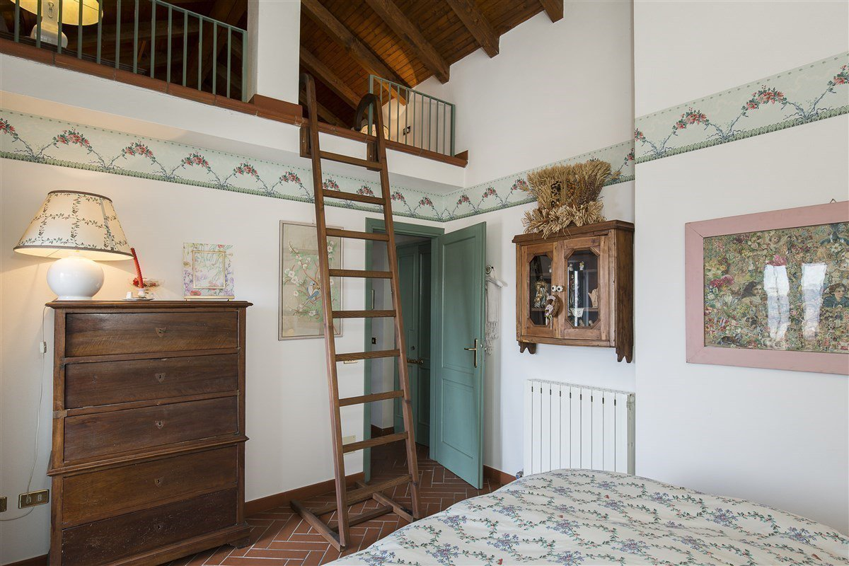 Characteristic stone house for sale on the hill of Stresa - bedroom with loft