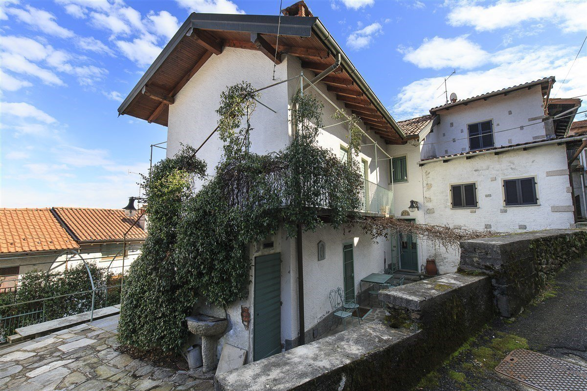 Characteristic stone house for sale on the hill of Stresa - outside