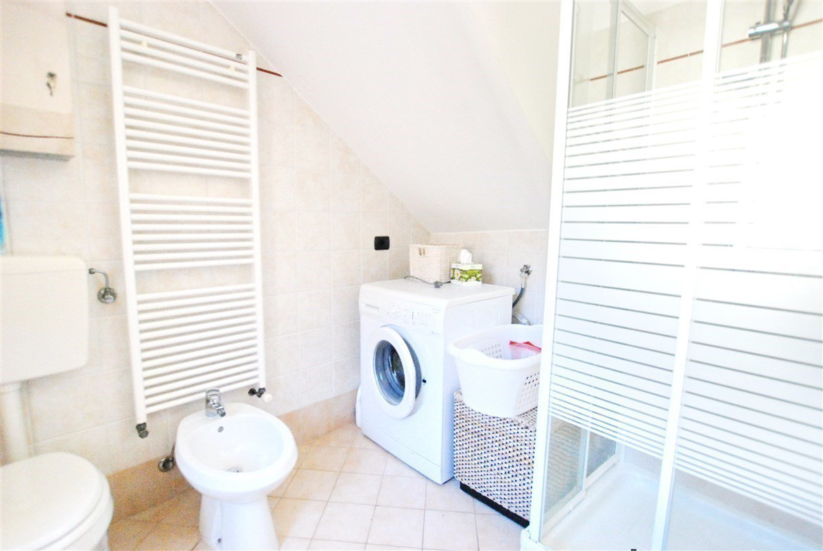 two-room apartment furnished for sale in Stresa - restroom