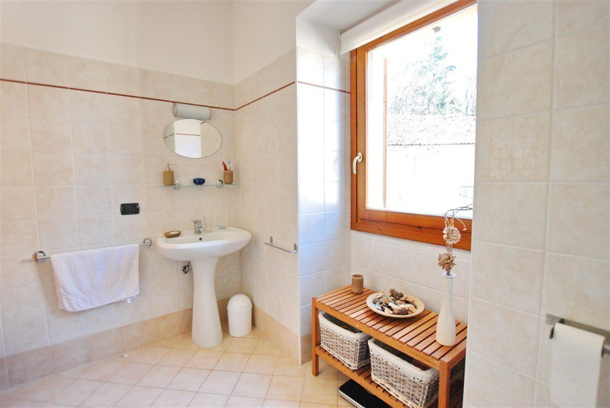 two-room apartment furnished for sale in Stresa - bathroom