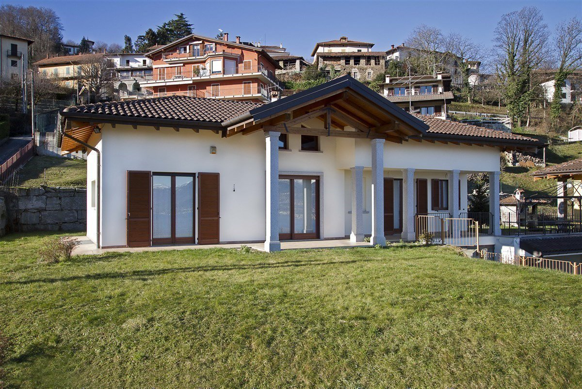 Lake view villa for sale in Magognino - facade