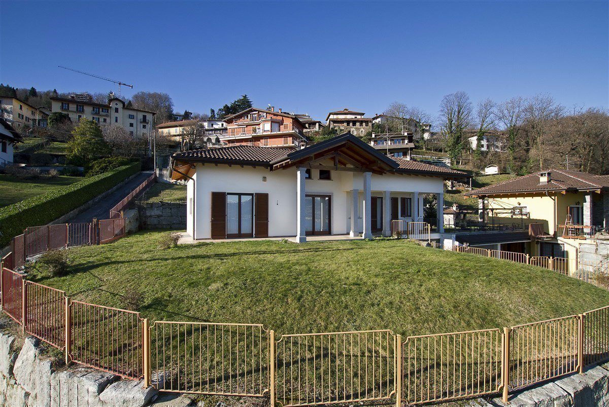 Lake view villa for sale in Magognino - villa with garden