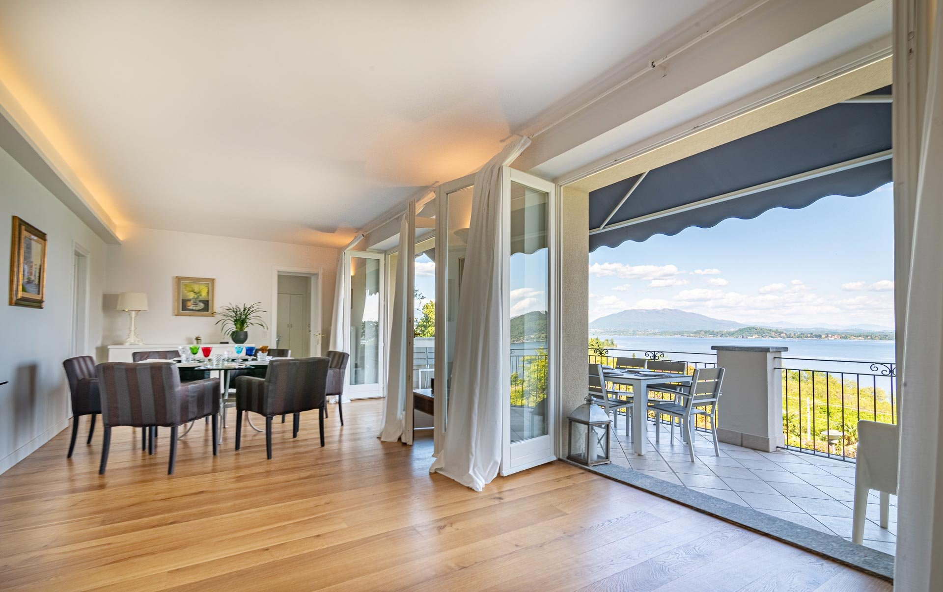 Elegant and sunny apartment with wonderful lake view and garden