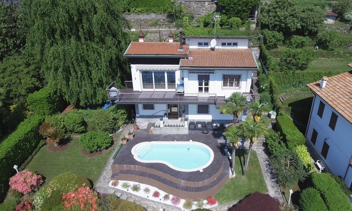 Luxurious villa for sale in lesa - villa with swimming pool