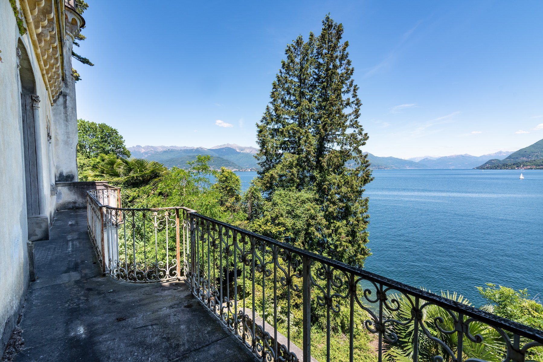 Castle for sale in Stresa on Lake Maggiore - lake view castle