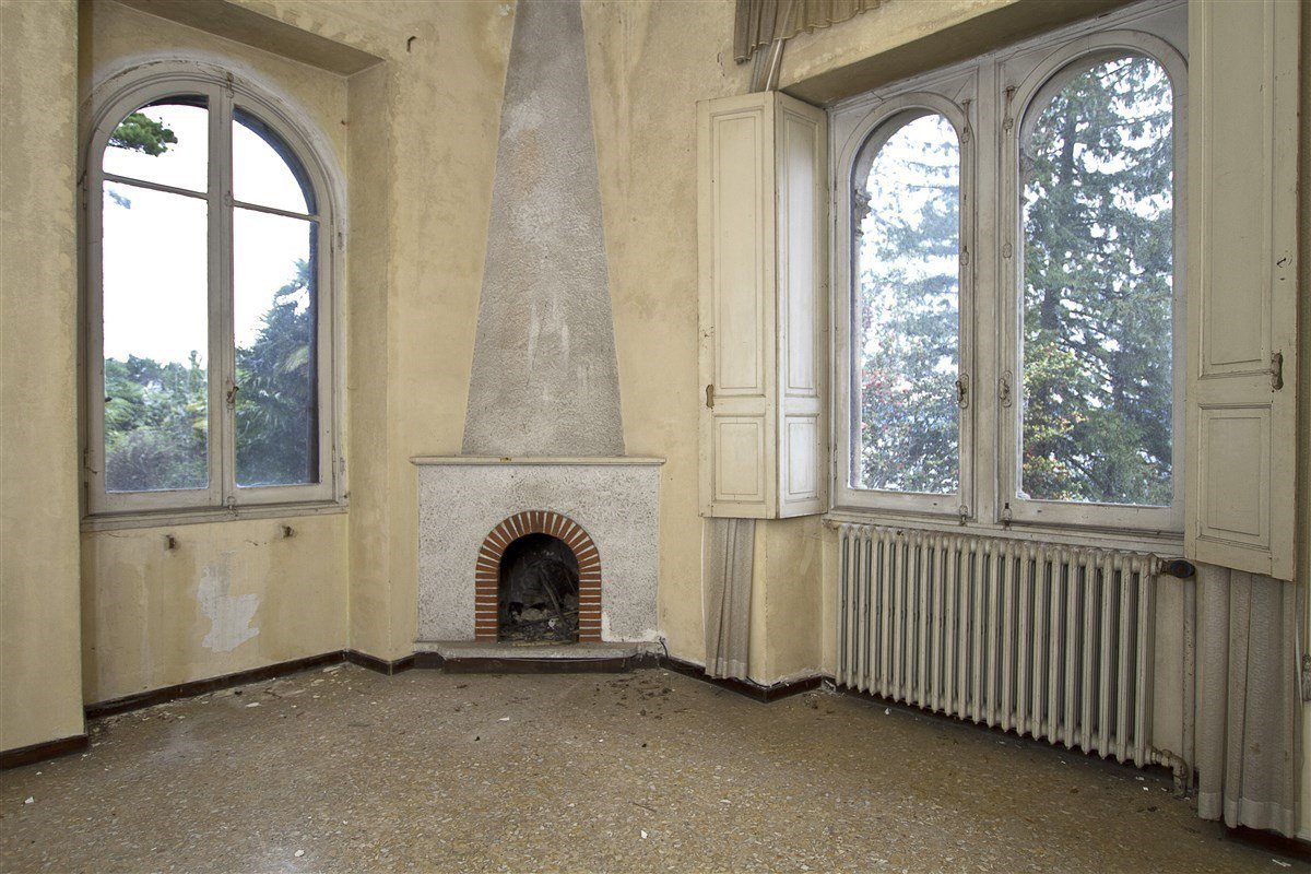 Castle for sale in Stresa on Lake Maggiore - fireplace salon