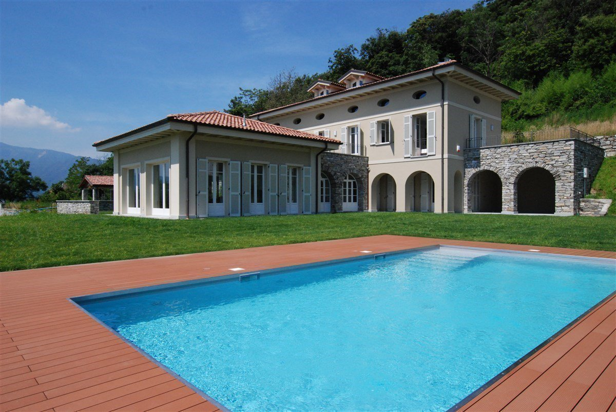 Exclusive villa for sale in Verbania, on Lake Maggiore - facade of the villa and pool