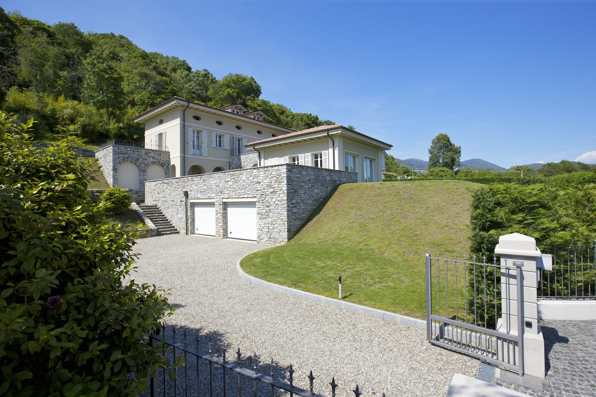 Exclusive villa for sale in Verbania, on Lake Maggiore - entry gate