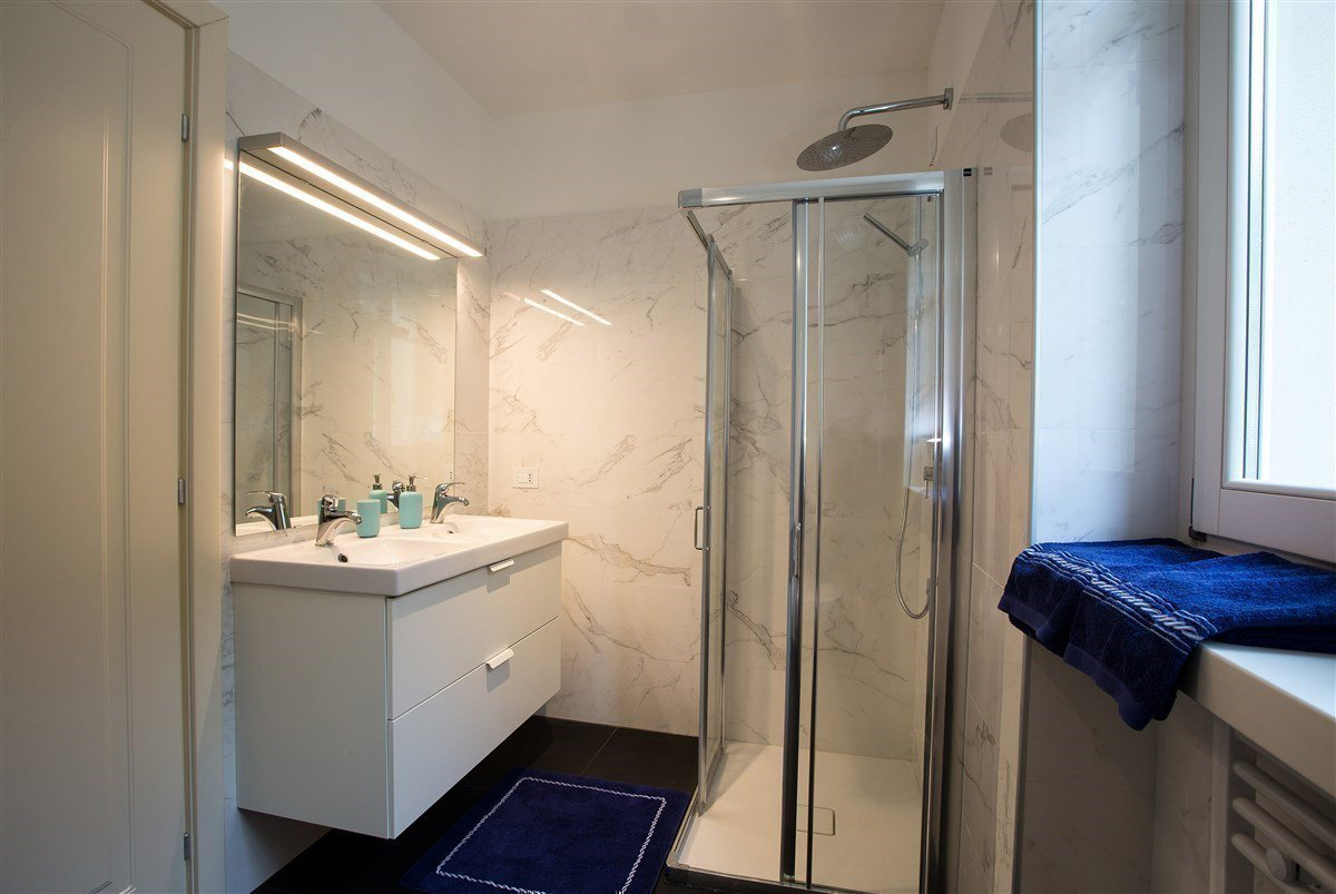 Exclusive villa for sale in Verbania, on Lake Maggiore - bathroom with shower