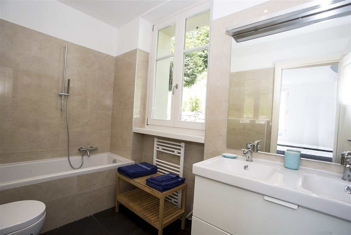 Exclusive villa for sale in Verbania, on Lake Maggiore - bathroom with tub