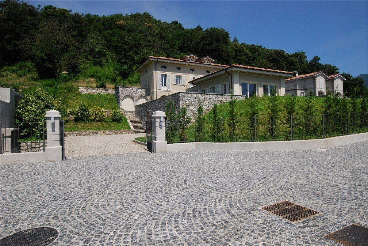 Exclusive villa for sale in Verbania, on Lake Maggiore - entrance private road