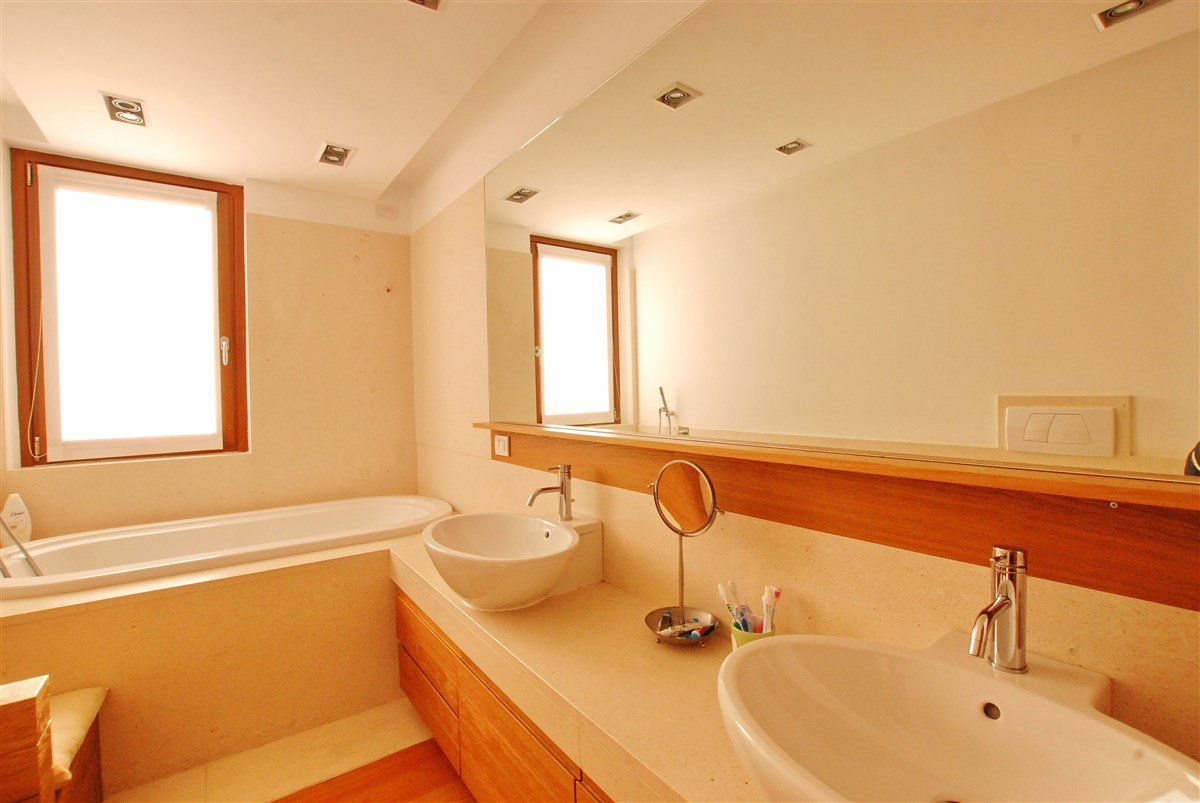 Renovated srutic house for sale in Stresa- bathroom