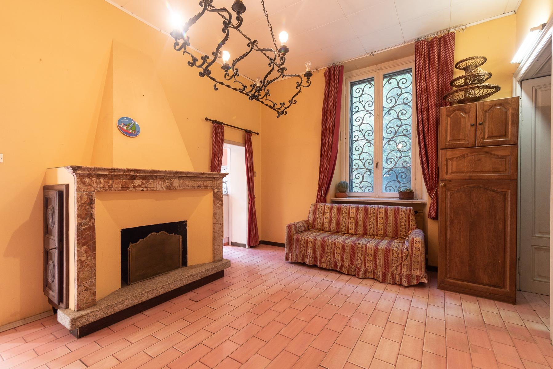 Liberty villa for sale in Stresa - fireplace room