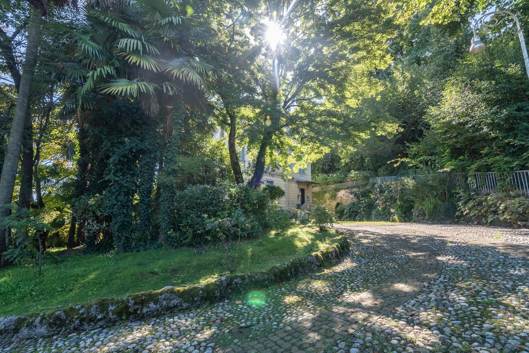 Liberty villa for sale in Stresa - driveway
