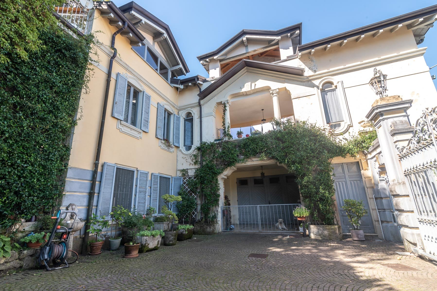 Liberty villa for sale in Stresa - entrance