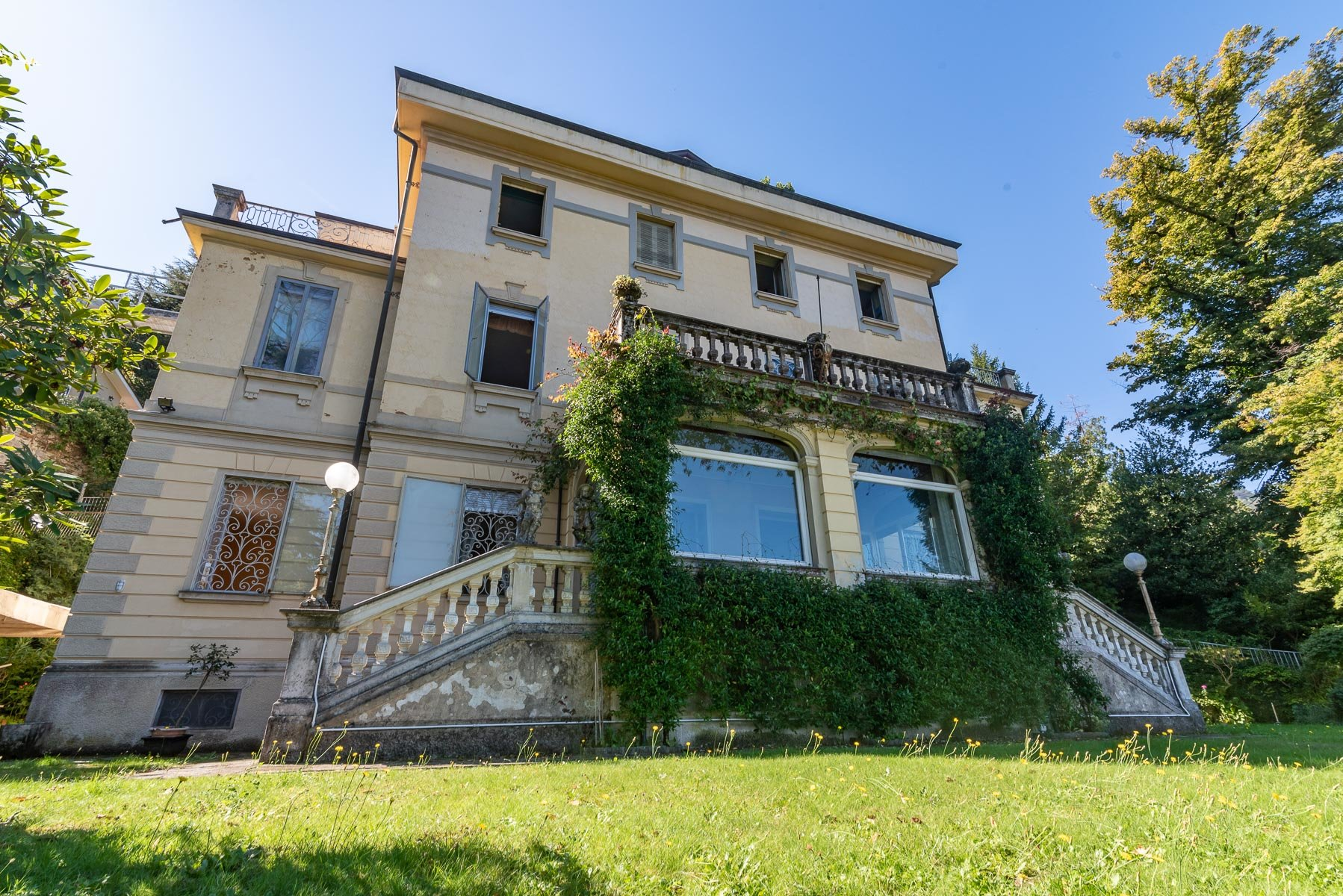 Liberty villa for sale in Stresa - facade