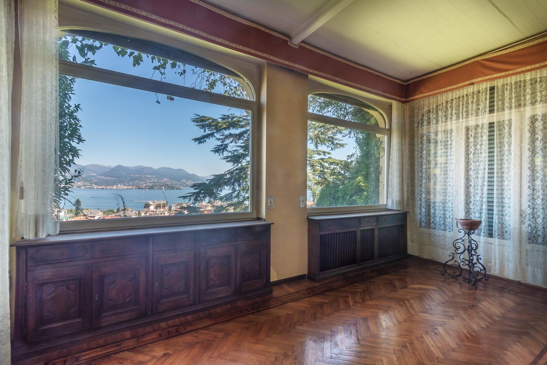 Liberty villa for sale in Stresa - lake view room