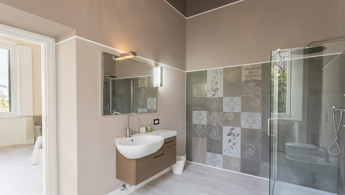 Prestigious liberty villa for sale in Stresa centre - bathroom with shower