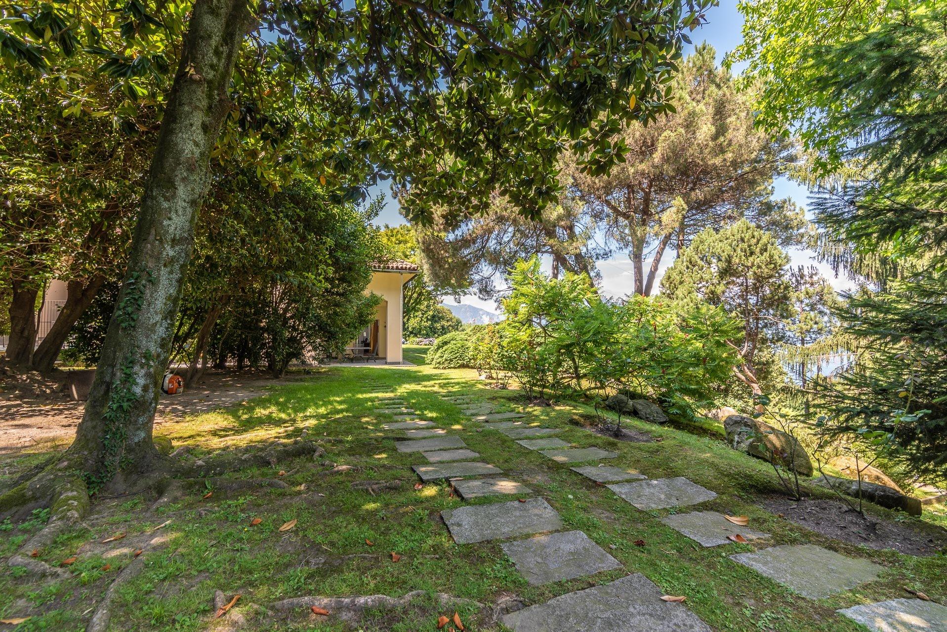 Elegant lake view villa for sale in Stresa - garden