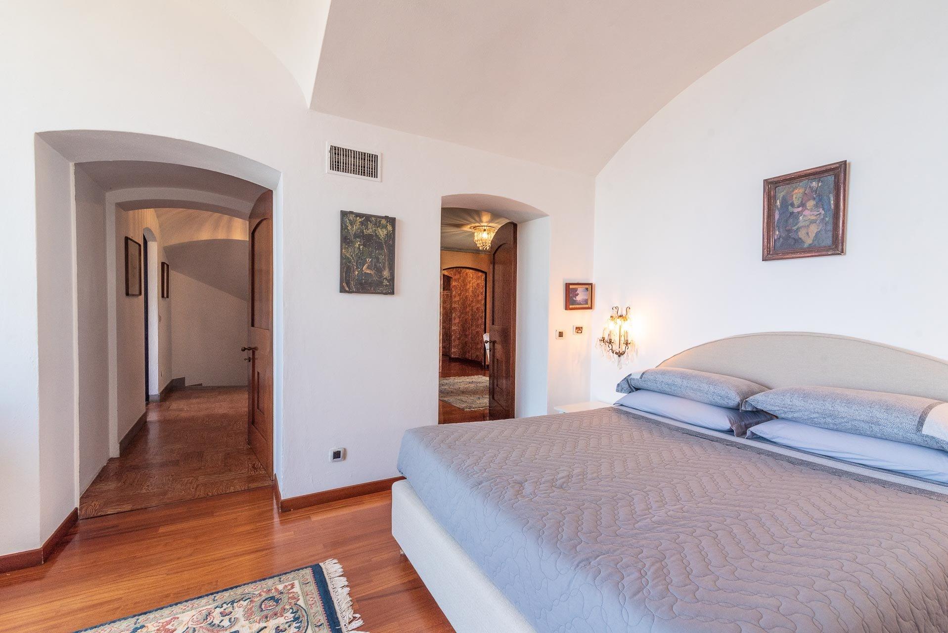 Elegant lake view villa for sale in Stresa - guest room