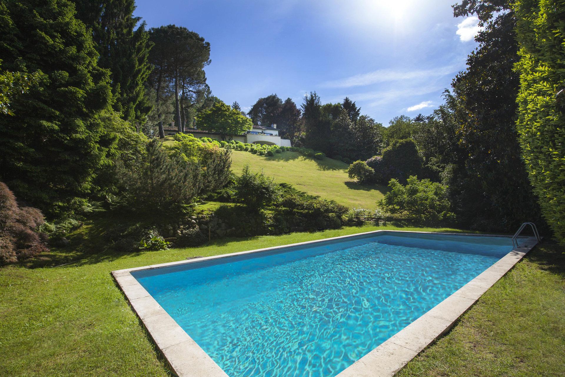Elegant lake view villa for sale in Stresa - swimming pool