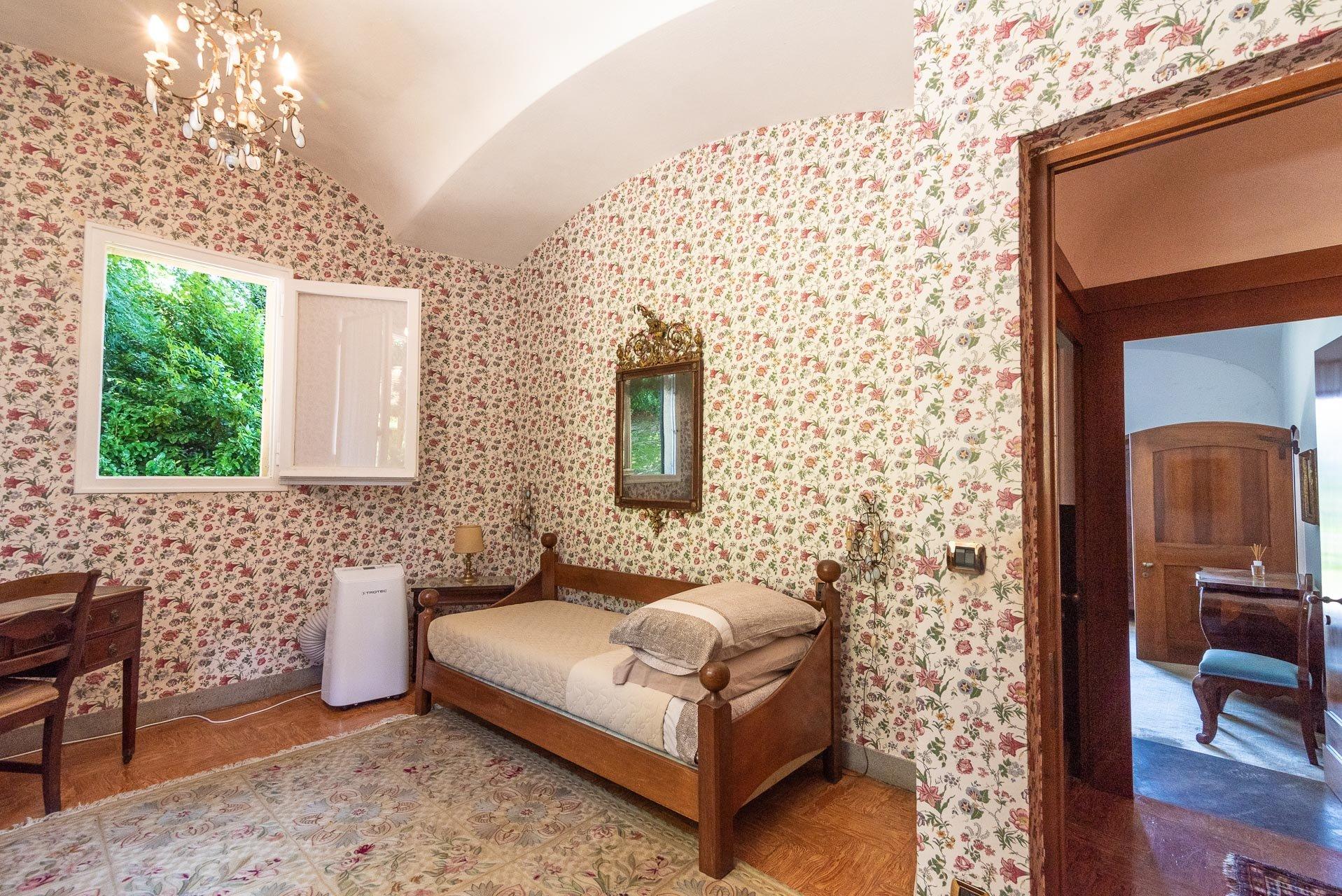 Elegant lake view villa for sale in Stresa - single bedroom