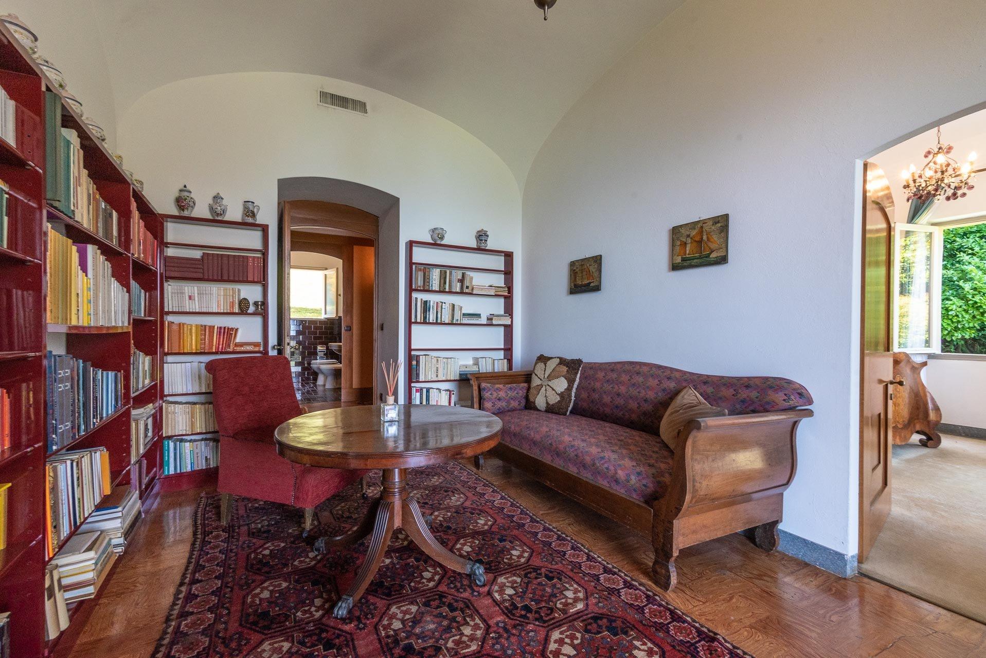 Elegant lake view villa for sale in Stresa - librery