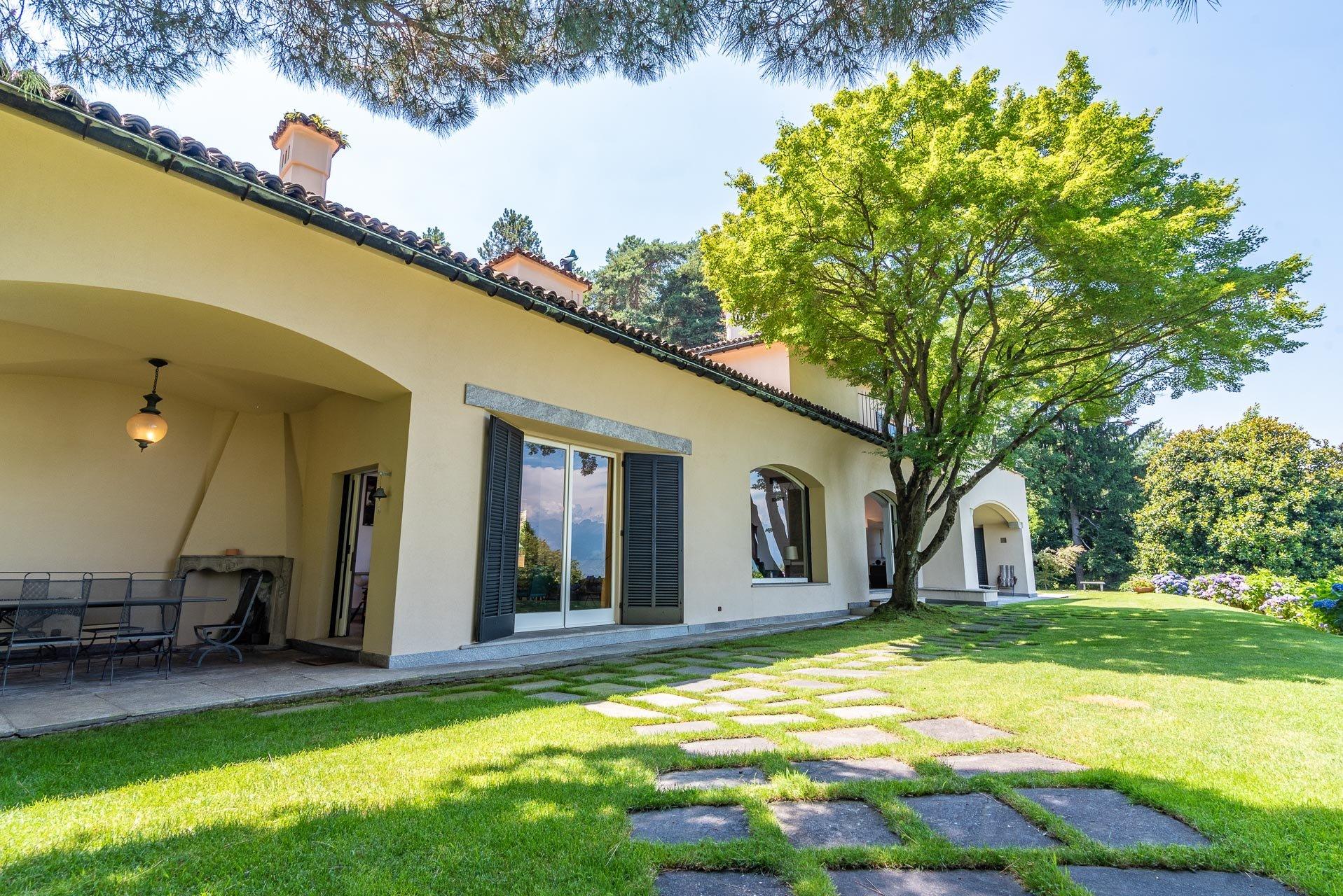 Elegant lake view villa for sale in Stresa - facade