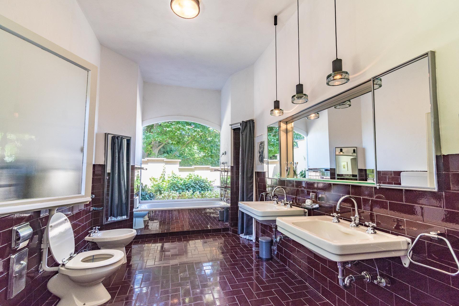 Elegant lake view villa for sale in Stresa - bathroom