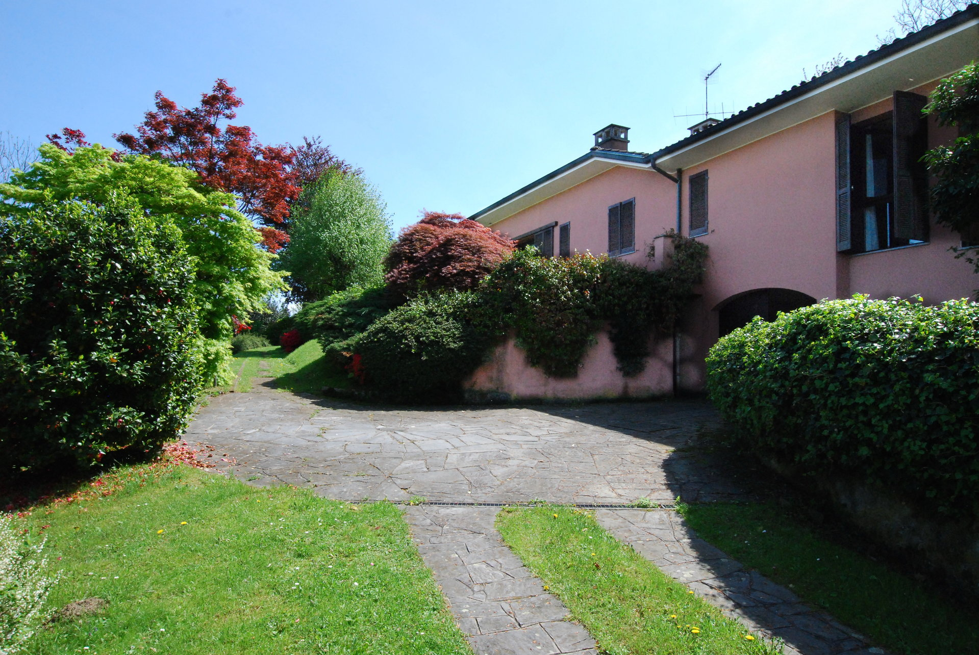 Lake view 80s villa in Stresa - driveway entrance