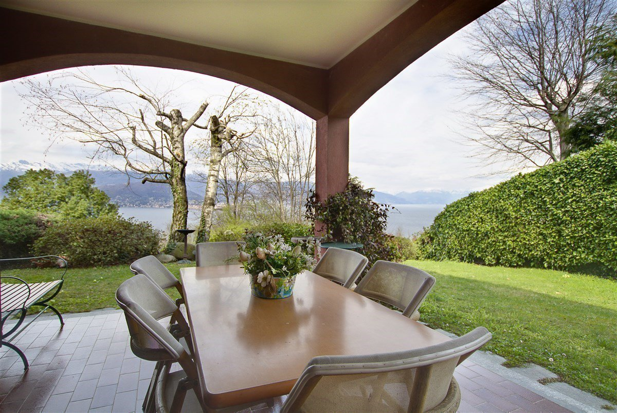 Lake view 80s villa in Stresa - porch
