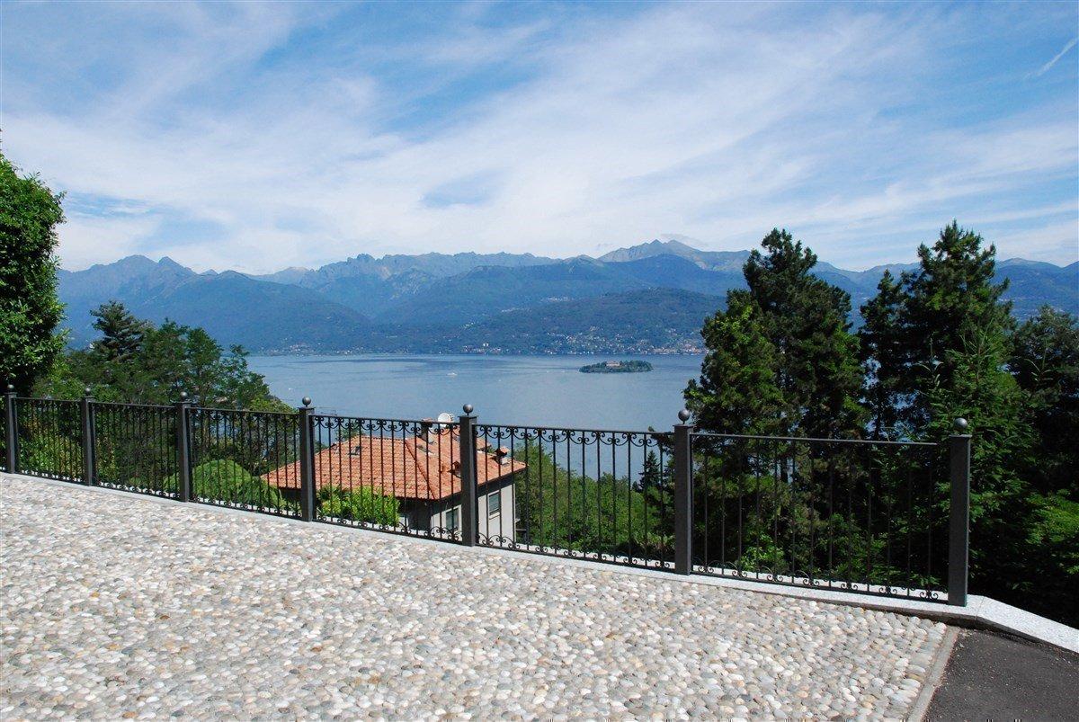 Villa in vendita a Stresa - terrazzo con vista lago