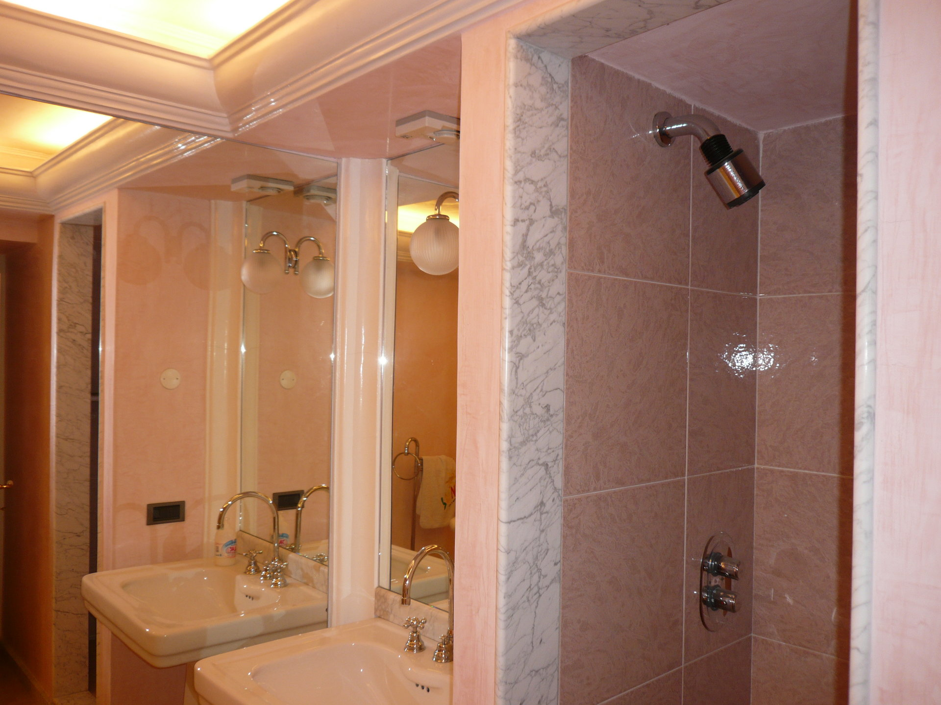 Historic villa for sale in Luino - bathroom