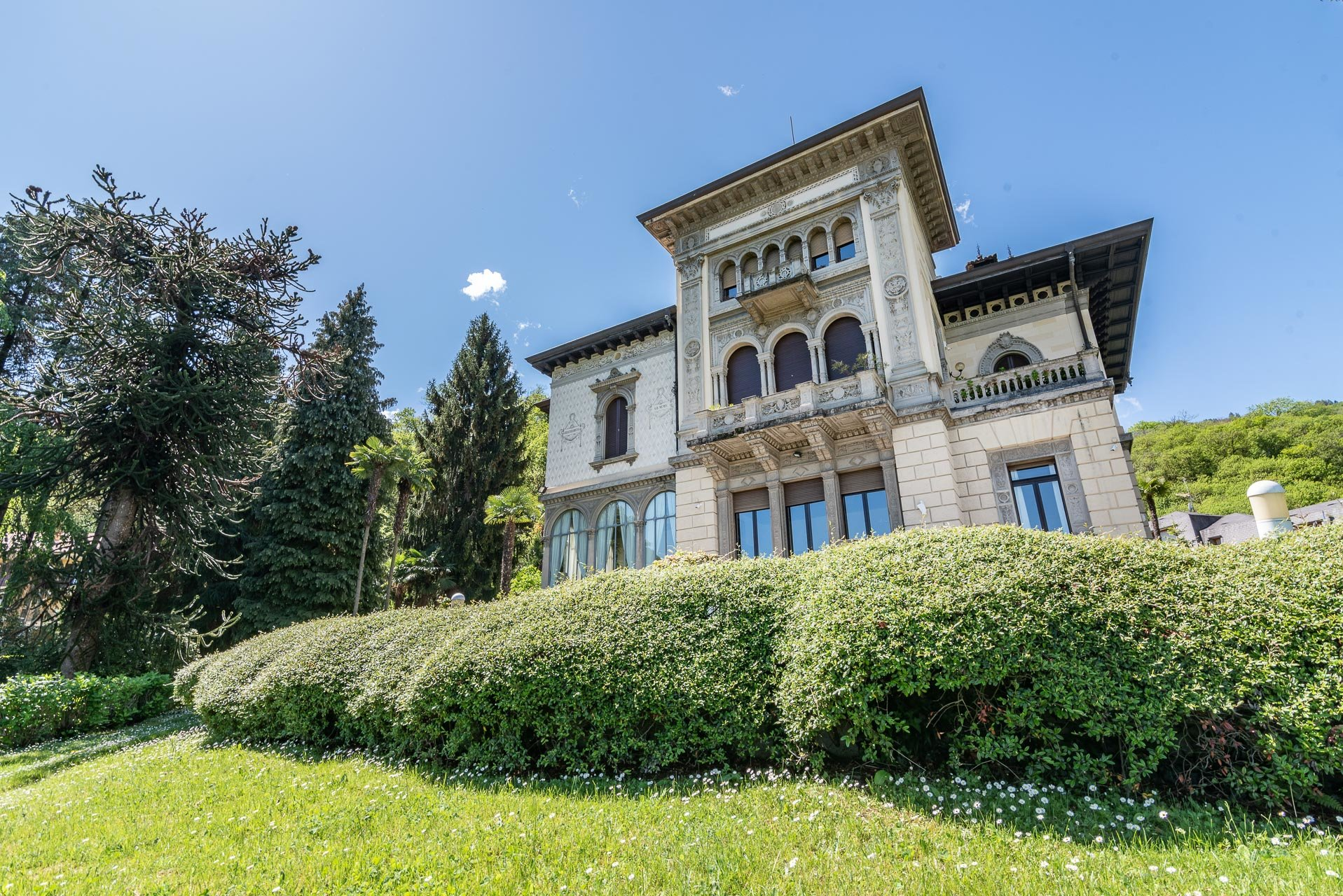 Luxurious apartment for sale in a villa in Stresa - facade
