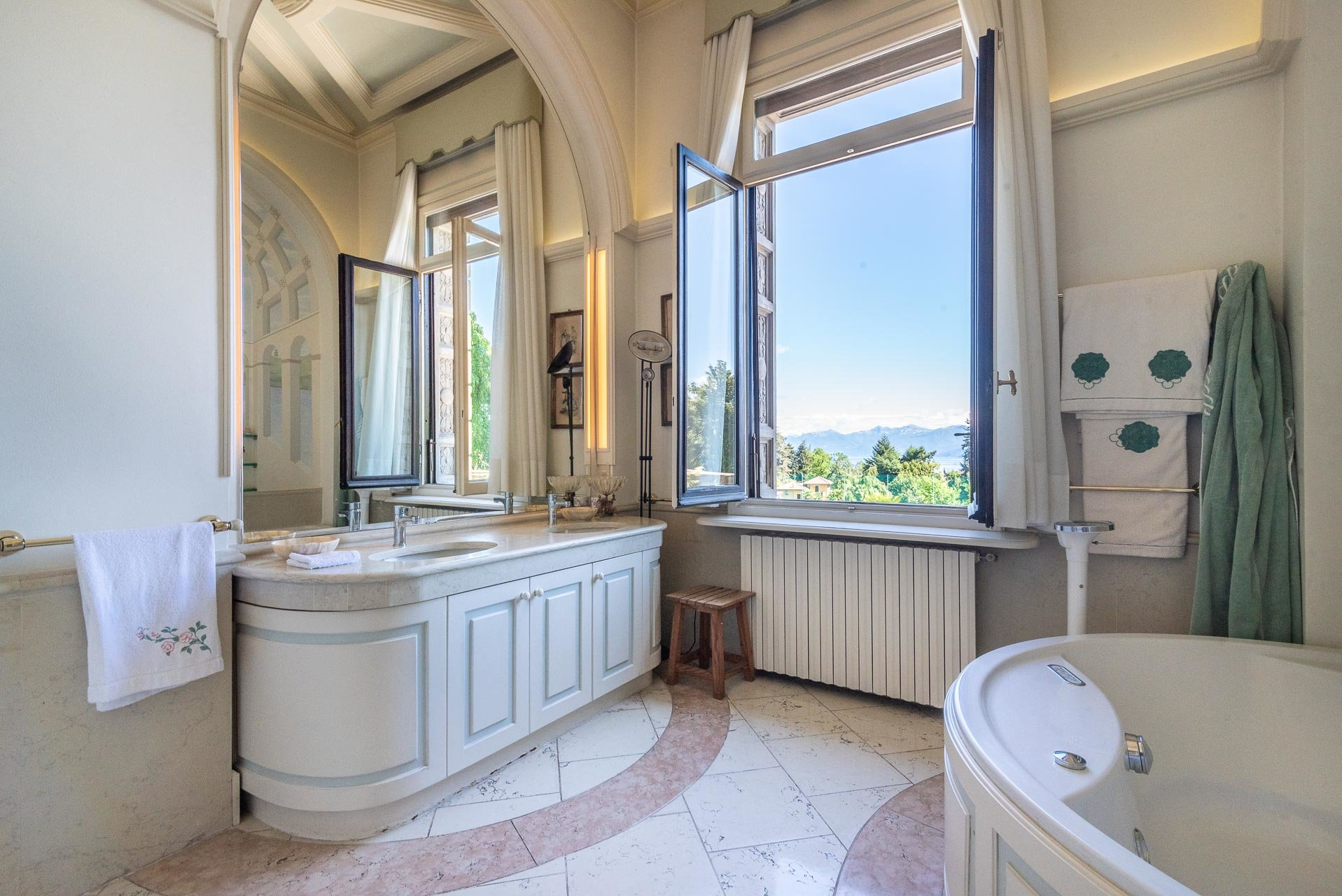 Luxurious apartment for sale in a villa in Stresa - bathroom